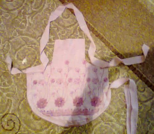 Как сшить фартук для девочки за 2 часа без швейной машинки