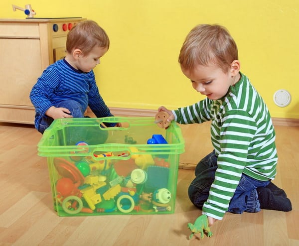 Дети убирают игрушки