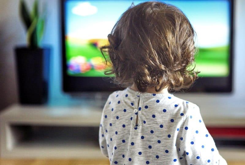 Можно ли ребенку смотреть телевизор