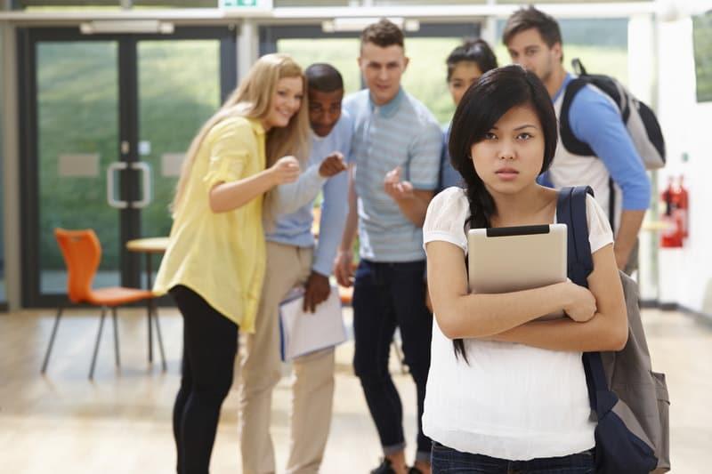 Издевательства и насмешки в школьном коллективе